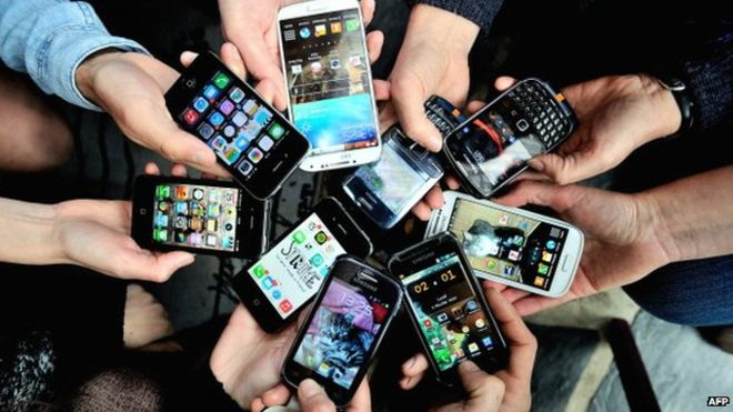 77782703_smartphonesmanyafp